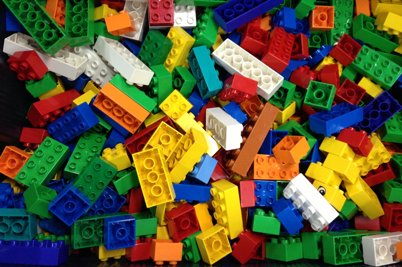Fofurinhas: espalhe peças de Lego em casa e deixe tudo mais colorido