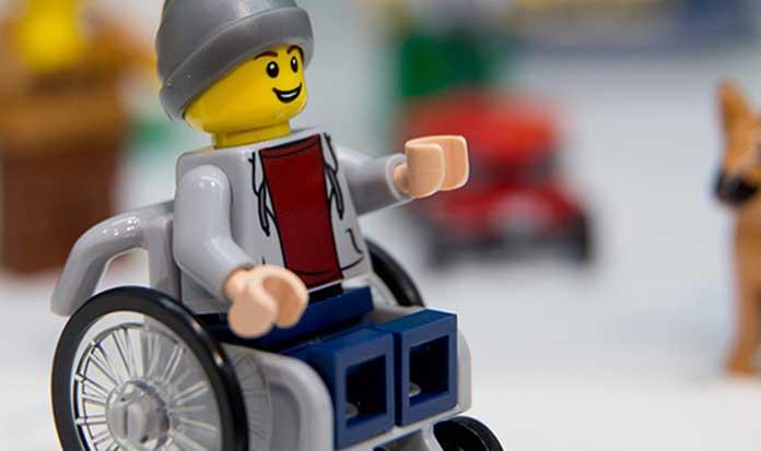 Fofura e respeito! LEGO lança bonequinho que usa cadeira de rodas *_*