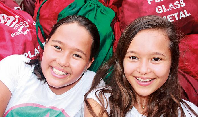 Duas garotas convenceram Bali a abandonar sacolas plásticas!