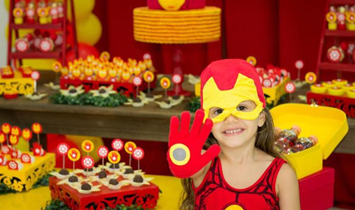 Menina faz festa de aniversário de super-herói e dá aula de igualdade