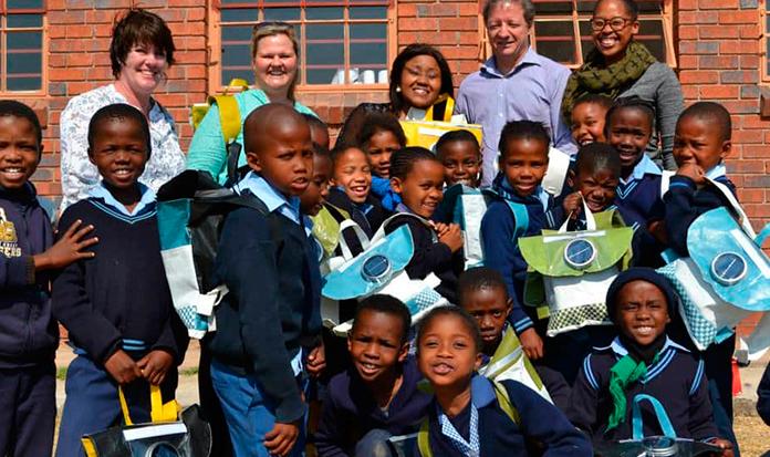 Mochila solar ajuda crianças a estudar na África