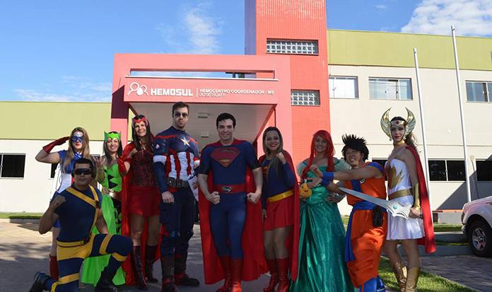 Voluntários animam os dias de pacientes, como SUPER-HERÓIS!