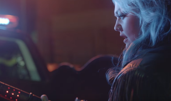 "Elle King arrasa com as ""Caça Fantasmas"" no clipe ""Good Girls"""