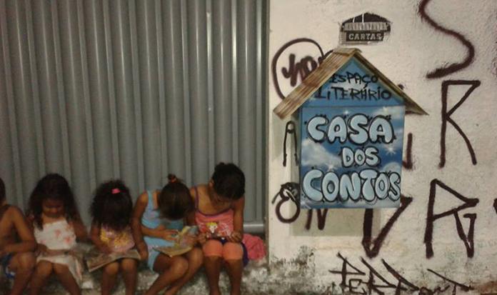 Grafiteiro cria casinha de livros para incentivar a leitura