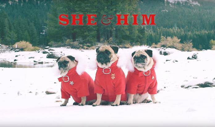 A dupla She & Himlança clipe fofo de Natal com PUGS!